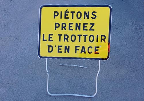 Piétons, prenez le trottoir d'en face JH Panoloc Signalisation temporaire